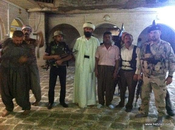 אנשי דת וכוחות בטחון שומרים על המקדש בלאלש (צילום: Bahzani.net)