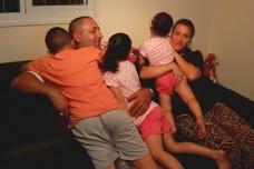 דנה ומאיר גוריאל ושלושת ילדיהם. הצליחו לצאת פעמיים עם המשפחה לבריכה אחרי שקרוב משפחה הכניס אותם בחינם. (צילום: מיכאל סולסברי כורך)