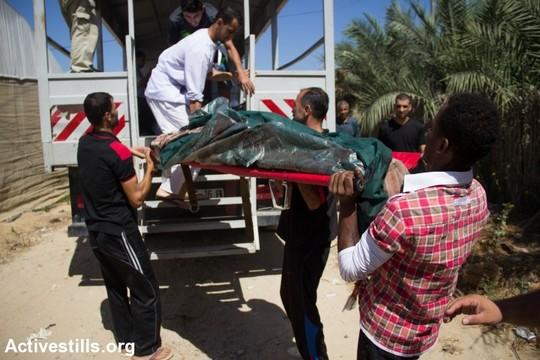 """פינוי גופות של הרוגים בעקבות תקיפת צה""""ל ברפיח בסוף השבוע. בין השכונות שהותקפו גם """"שכונת בריר"""". (צילום: באסל יאזורי/אקטיבסטילס)"""