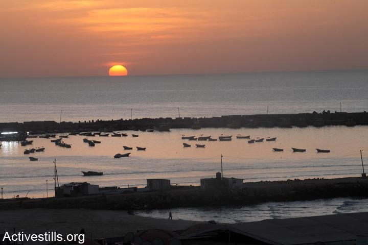 שקיעה בים התיכון, ספינות דייג עוגנות בנמל עזה. 5 בפברואר 2012 (צילום: אקטיבסטליס)
