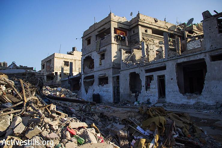 ביתו של אבו עודה מופיע במרכז התמונה, חזיתו הרוסה מהפצצות. 12 באוגוסט 2014. (באסל יאזורי/אקטיבסטילס)