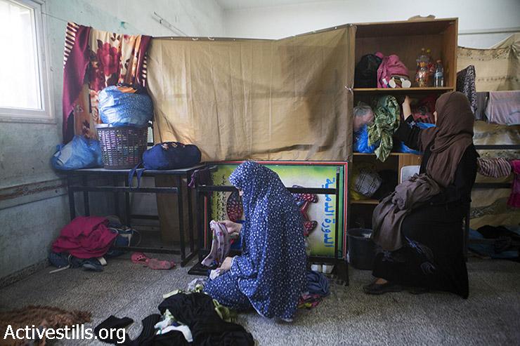 פלסטיניות שנמלטו מהתקפות ישראליות מוצאות מחסה בבית הספר הממשלתי פלוג'ה, מחנה הפליטים ג'בליה, 29 ביולי 2014. פלסטינים רבים נמלטו מבתיהם לילה לפני כן לאחר שקיבלו הוראה לעזוב.(אן פאק / אקטיבסטילס)