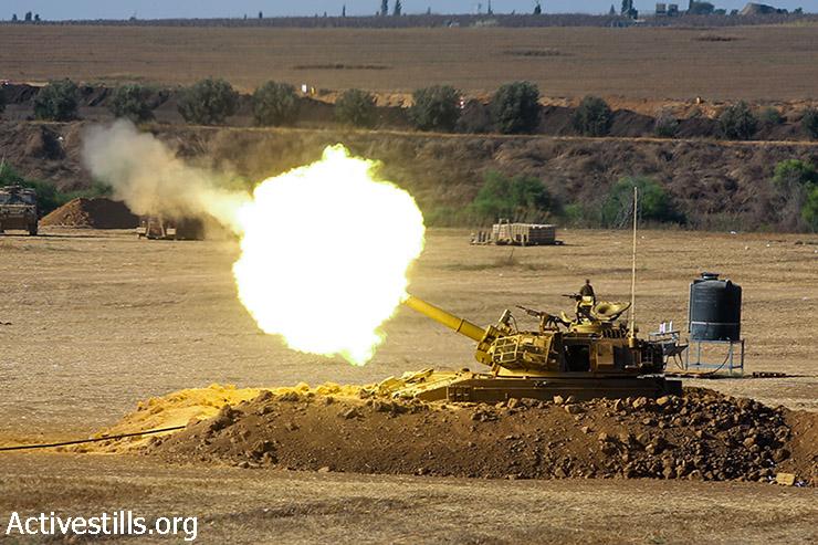 ארטילריה ישראלית יורה פגז לכיוון רצועת עזה סמוך לגבולה של ישראל עם רצועת עזה, 24 ביולי 2014. (יותם רונן / אקטיבסטילס)