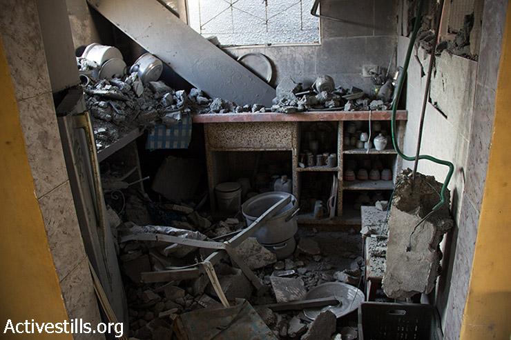מטבח הרוס בבית משפחת אבו עודה. 12 באוגוסט 2014.  (באסל יאזורי/אקטיבסטילס)