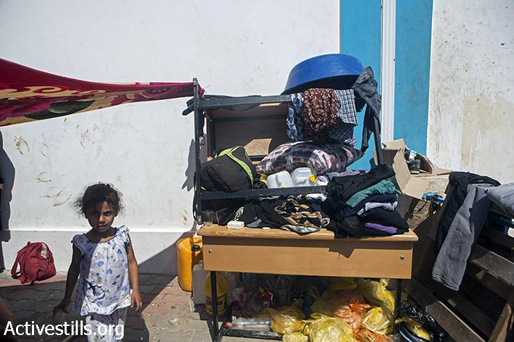 """ילדה פלסטינית שוהה בבית ספר של אונר""""א שהפך למקלט לעקורים, מחנה הפליטים ג'בליה, רצועת עזה, יולי 28, 2014. (אן פאק / אקטיבסטילס)"""