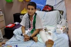 עבדל אל-כרים בן העשר. רגלו רוסקה והוא הועבר מבית חולים בעזה לאל-מקאסד (צילום: יעל מרום)