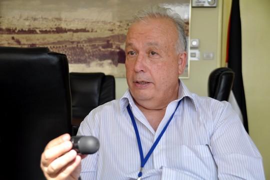 """ד""""ר רפיק חוסייני, מנהל בית החולים אל-מקאסד, אוחז בכדור הגומי החדש בו עושה הצבא שימוש לפיזור הפגנות בשטחים הכבושים (צילום: יעל מרום)"""