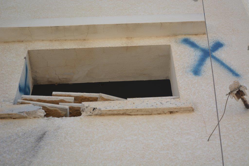 חיילים ציירו איקס מחוץ לחלונות כדי לסמן לחבריהם לא לירות בבית (אלכסנדר נבוקוב)
