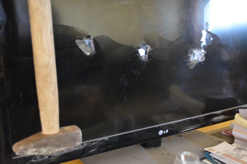 את הטלוויזיה ניפצו והשאירו לידה את הפטיש (אלכסנדר נבוקוב)