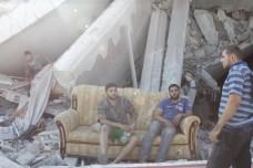 משפחת אל עג'לה בהריסות ביתה (סאמר בדאווי)
