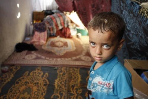 פיראס פרחאת בן השלוש גר עם אביו, אחיו ואמו באוהל מאולתר על מדרכה ליד בית החולים אל-שיפא. ביתם בשכונת שג'עיה נחרב בהפגזה ישראלית. (סאמר בדאווי)