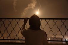 """לארה אבו-רמדאן, צמת עיתונות בת 22 מעזה, חוותה שלוש התקפות על עירה. הפעם, היא אומרת, משתמשים ביותר פצצות תאורה מאי-פעם בעברה. """"זה כמו אור יום באמצע הלילה"""" (אסד ספטאווי)"""