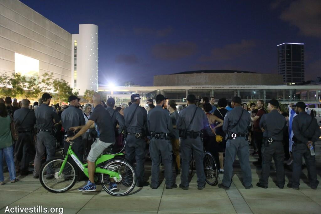 השוטרים נערכו לפיזור כבר בכיכר הבימה (אורן זיו / אקטיבסטילס)