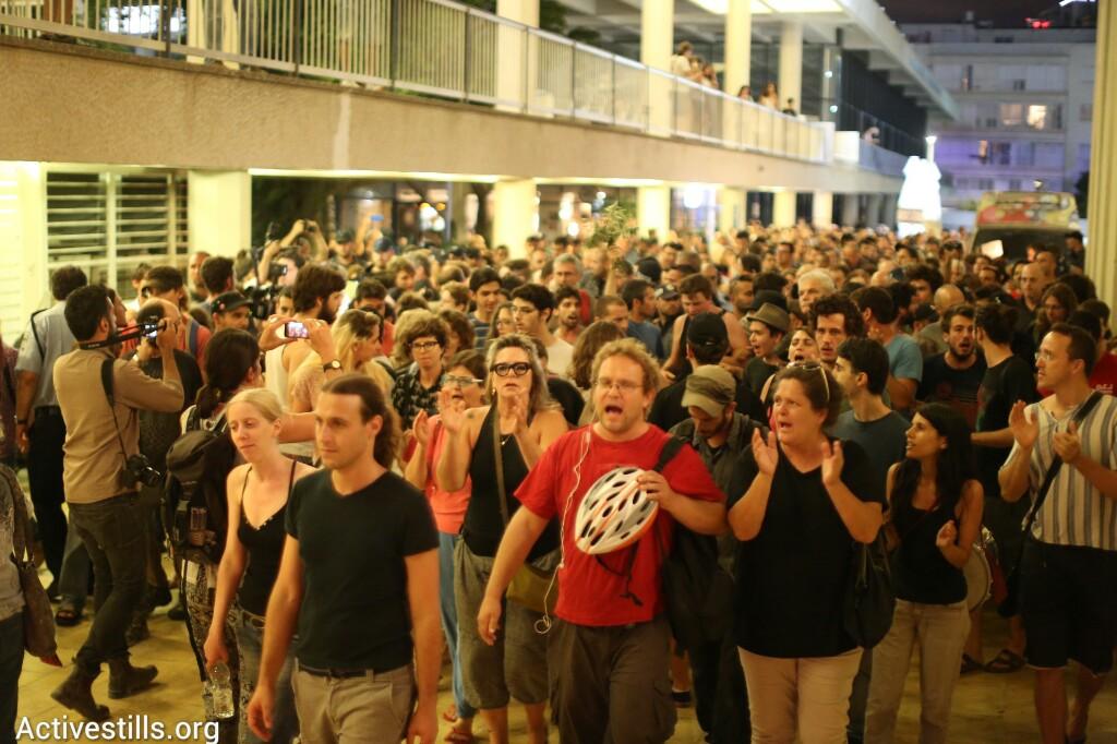 מפגינים נגד המלחמה בצעדה ברחובות תל אביב (אורן זיו / אקטיבסטילס)