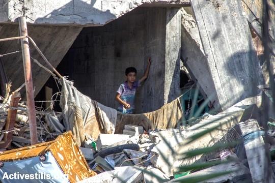 ילד בין הריסות ביתו, עזה (באסל יאזורי / אקטיבסטילס)