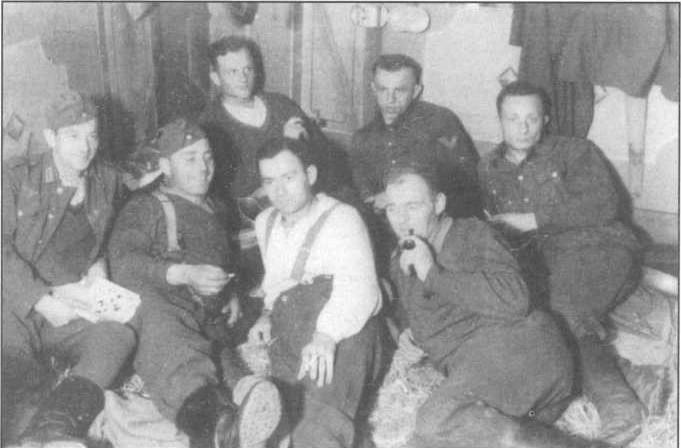 יעקב אינגרמן (הכי מימין) וחיילים גרמנים באוקראינה