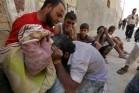 אברהים עם מה שנותר מגופתו של עבדו. התמונה באדיבות The Syria Campaign