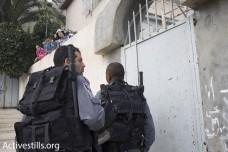 שוטרים בכניסה לבי משפחת חיאט (צילום: אורן זיו/אקטיבסטילס)