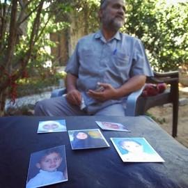 עיסאם גו'דה ותמונות בני משפחתו שנהרגו צילום: עאוני פרחאת