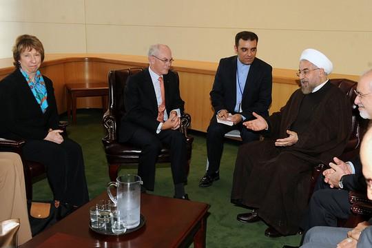 """נשיא איראן חסן רוחאני בפגישה באו""""ם עם קטרין אשטון, שרת החוץ של האיחוד האירופי, ונשיא מועצת האיחוד האירופי, הרמן ואן רומפוי. 24 בספטמבר 2014. (צילום מתוך פליקר: EEAS CC BY-NC-ND 2.0)"""