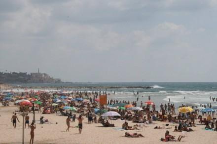 רוחצים בחוף תל אביב (חגי מטר)