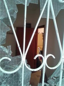 חלון שבור בבית חיאט. המתנחלים כבר שברו קיר בתוך הבית. צילום: אורלי נוי