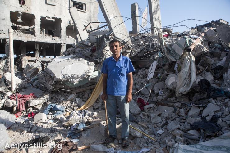 מהאר, תושב שג׳יעה, עומד לפני חורבות ביתו, באזור שהופצץ קשות על ידי כוחות ישראליים, ה-4 לספטמבר, 2014. (אקטיבסטילס)