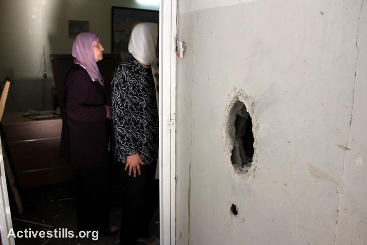 תושבות בוחנות את הנזק שנגרם למרכז הבריאות לילדים נכים בעקבות הפשיטה. (אחמד אל-באז/אקטיבסטילס)