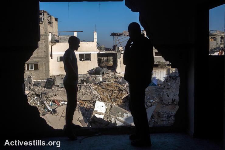 תושבים מסתכלים על ההרס, שכונת שג׳יעה, מזרח עזה, ה-5 לספטמבר, 2014. (אקטיבסטילס)