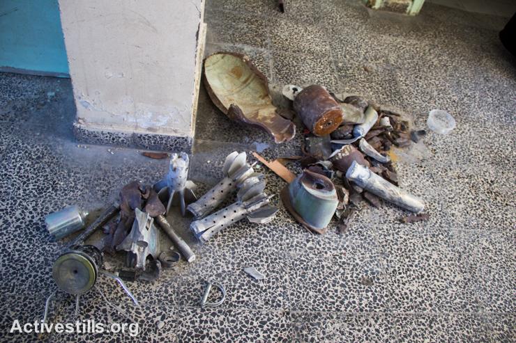 אוסף של חלקי פצצות ונשק ישראלי, שנותרו בבית הספר סובהי אבו-קראש, ונאספו על ידי התושבים, ה-4 לספטמבר, 2014. (אקטיבסטילס)