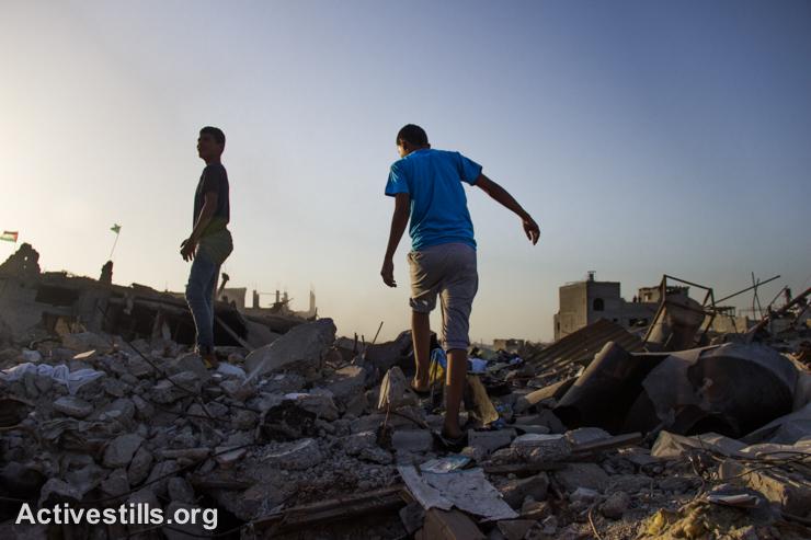ילדים הולכים בין ההריסות, שכונת שג׳יעה, מזרח עזה,  ה-4 לספטמבר 2014. (אקטיבסטילס)