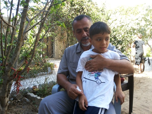 """""""הוא נראה כמו בני מוחמד"""". אברהים בנם של השכנים בזרועות עיסאם. צילום: עאוני פרחאת"""