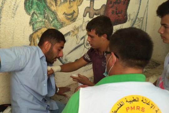 מפגין מקבל טיפול רפואי בהפגנה בוואדי פוכין (צילום: PSCC)