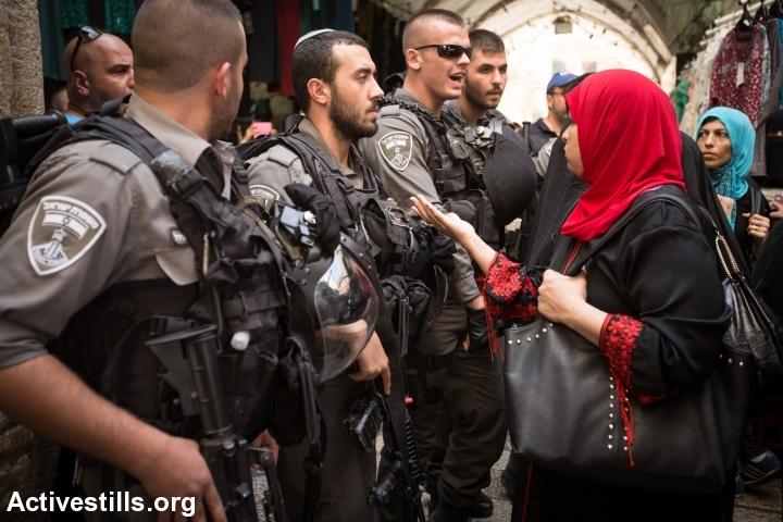 שוטרים מונעים כניסת מתפללים למסגד אל-אקצא. צילום: ActiveStills