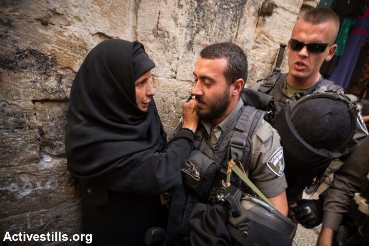 המשטרה מונעת כניסת מתפללהמשטרה מונעת כניסת מתפללים למסגד אל-אקצא. צילום: פאיז אבו-רמלה, אקטיבסטילס