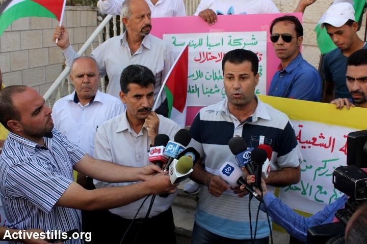 עבדאללה אבו רחמה מדבר במסיבת עיתונאים שנערכה לאחר הפעולה. (אחמד אל-באז/אקטיבסטילס)