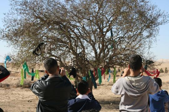 ילדי הכפר אל-סירה בעיצומה של סדנת צילום. צילום: פורום דו-קיום בנגב לשוויון אזרחי