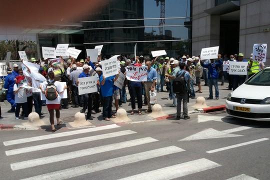 הפגנת תושבי ערד נגד המכרהץ מולם התייצבו עובדי רותם אמפרט שהובאו על ידי החברה (צילום: בתיה רודד)
