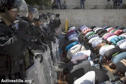 מתפללים בוואדי ג'וז לאחר שהמשטרה סגרה את העיר העתיקה (אורן זיו/אקטיבסטילס)