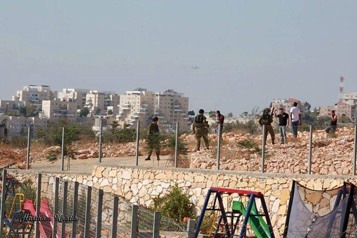 חיילים מחרימים ציוד בבלעין (צילום: הייתאם אל-חטיב)