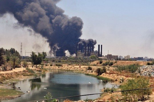 עשן מיתמר מעל תחנת הכוח בעזה לאחר פגיעת טילים ישראלים. 29 יולי 2014. (תמונה: UN)