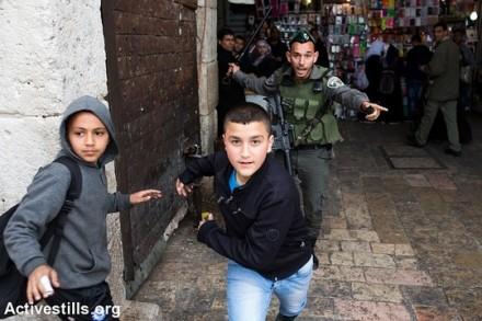 """שוטר מג""""ב רודף אחרי ילד, ירושלים (יותם רונן / אקטיבסטילס)"""