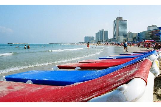 מיטות שיזוף בחוף תל אביב (chany crystal, CC BY-ND 2.0)