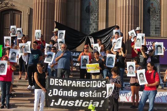 הפגנה במקסיקו לאחר היעלמות 43 הסטודנטים (צילום: Realidad Expuesta, פליקר CC BY-NC-SA 2.0)