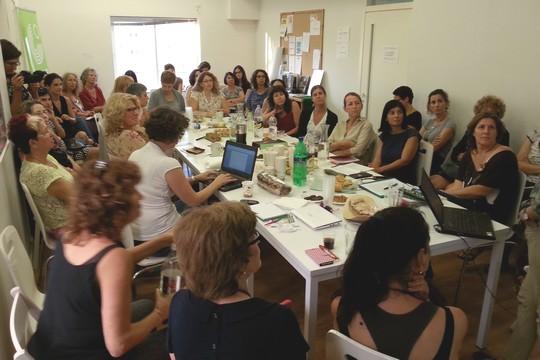 """""""נשים עושות שלום"""" במהלך מפגש של רכזות התנועה להכנת פעילות שטח"""