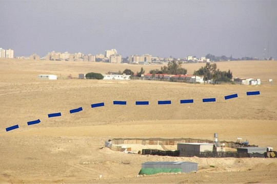 מראה ערד מהמכרה, וסימון גבול שטח הכרייה העתידי (צילום: אליעזר בר שדה)
