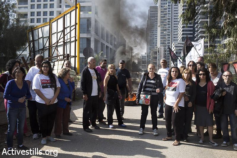 תושבים נערכים לפני פינוי של שש משפחות בשכונה, גבעת עמל, תל אביב, 27 מרץ, 2014. קרן מנור/אקטיבסטילס