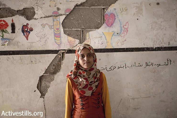 ניסמה מוסבה, בת 14, עומדת בחדר השינה ההרוס שלה בשכונת שג'עיה, עזה, 15 בספטמבר, 2014. (אקטיבסטילס)