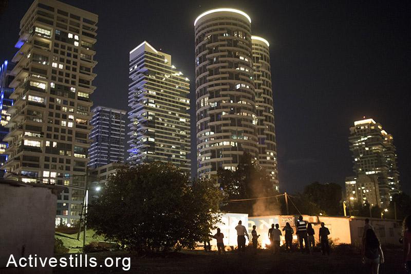 תושבי השכונה במחאה לילית מול פארק שנבנה בשכונה, גבעת עמל, תל אביב, 16 אוקטובר, 2013. אורן זיו/אקטיבסטילס