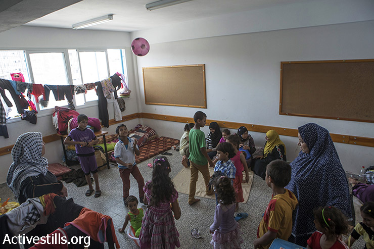 """בתי ספר של אונר""""א פתחו את שעריהם לכ- 289,000 פלסטינים עקורים, ללא כל מוכנות להתמודד עם מספרים כאלה. בתי הספר של אונר""""א בעצמם הפכו למטרות בעת ששימשו מחסה לפליטי ההתקפה. בית הספר בבית חנון הופצץ ביום 24 ביולי (11 נהרגו ויותר מ -200 פצועים), בית הספר לבנות בג'באליה ביום 29 ביולי (15 מתים, מעל 100 פצועים), ובית הספר המכין ברפיח ב -3 באוגוסט (10 מתים). (אקטיבסטילס)"""